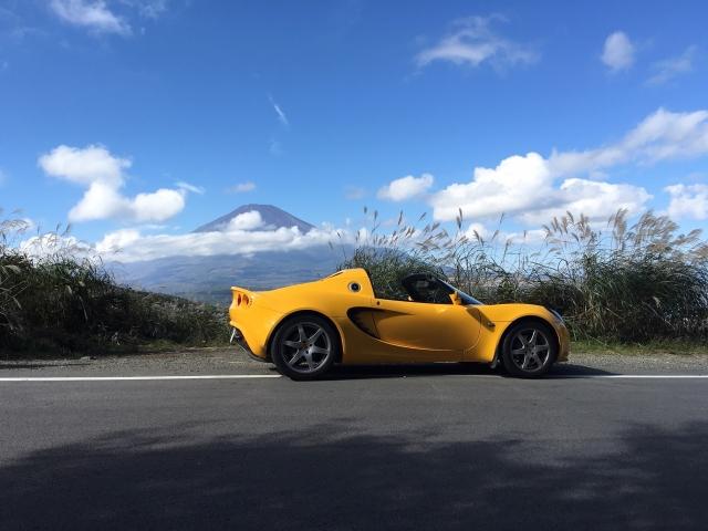 黄色いオープンカー スポーツカー エリーゼ